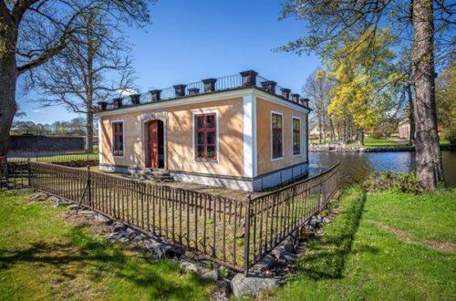 Le bâtiment de la bibliothèque du domaine de Leufstabruk, conçu par l'architecte suédois Jean Eric Rehn, construit à la fin des années 1750. Photo : Magnus Hjalmarsson.